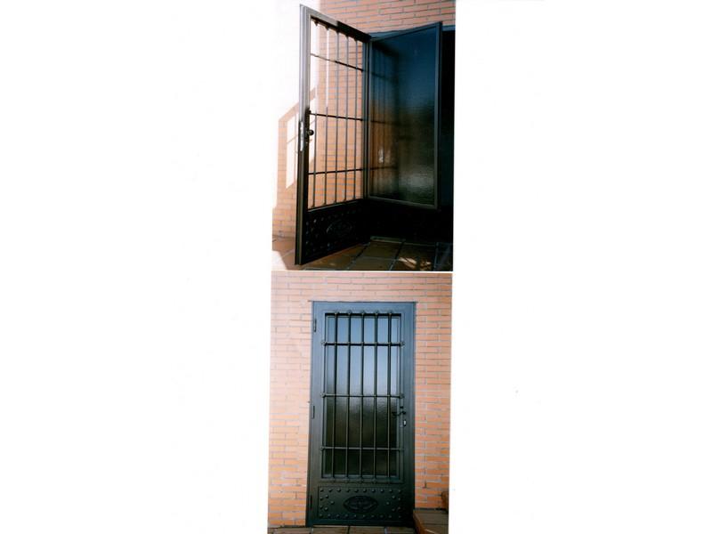 MODELO TOLEDANO CON ZOCALO DE CHAPA - Puertas de hierro y cristal