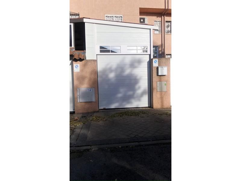 ACANALADA CON DINTEL ACANALADO - Puertas seccionales